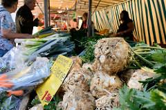 Gemüsestand auf dem Wochenmarkt in Hamburg Eidelstedt - Sellerieknollen und Porree werden angeboten.