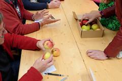 ApfelliebhaberInnen können ihre Äpfel von Fachleuten bei den Norddeutschen Apfeltagen bestimmen lassen.