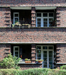 Balkons der Siedlung Alsterdorfer Straße / Bodelschwinghstraße in Hamburg Alsterdorf; errichtet 1928 - Architekt Richard Wagner. Die Wohnhäuser stehen unter Denkmalschutz.