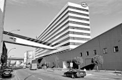 Modernes Bürogebäude / Verwaltungsgebäude mit Fussgängerbrücke über die Nordkanalsstraße  in Hamburg Hammerbrook. HELM-Haus, errichtet 1972 - Architekten Hans Jochem und Peter Hauske.