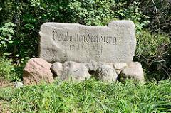 Denkmal für Paul von Hindenburgim Hamburger Stadtteil Wellingsbüttel; Findling mit eingravierter Schrift, aufgestellt 1935.
