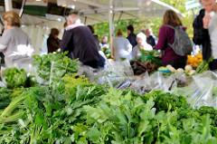 Marktstand mit frischem Gemüse auf dem Wochenmarkt Tibarg im Hamburger Stadtteil Niendorf; im  Vordergrund krause und glatte Petersilie.