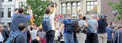 """Dennis Augustin (re.), AfD-Politiker aus Mecklenburg-Vorpommer hält eine Rede bei der Veranstaltung """" Merkel muss weg"""" auf dem Hamburger Gänsemarkt. Die Presse verfolgt das Geschehen."""