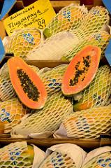 Marktstand mit frischem Obst und Gemüse, aufgeschnittene Papaya aus Brasilien auf dem Wochenmarkt im Hamburger Stadtteil Hamm.