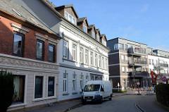 Wohnhäuser in unterschiedlichen Baustilen, Gründerzeit und Gegenwartsarchitektur - Koppelstraße in Pinneberg.
