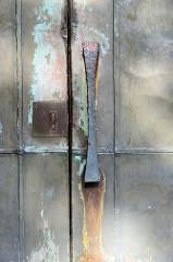 Metalltür mit Türgriff der evangelisch-lutherische Martinskirche im Hamburger Stadtteil Rahlstedt, geweiht 1961 - Olaf Andreas Gulbransson.