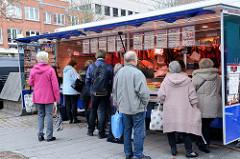 Marktstand einer Schlachterrei auf dem Wochenmarkt in der Möllner Landstraße in Hamburg Billstedt.