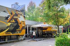 Bücherhalle im Hamburger Stadtteil Bramfeld, die Fassade ist mit einem bunten Wandbild / Graffiti versehen.