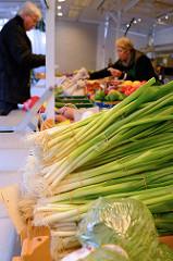 Gemüsestand   auf dem Wochenmarkt in der Möllner Landstraße in Hamburg Billstedt.