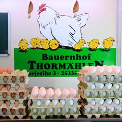 Wochenmarkt in Hamburg  Schnelsen, Wählingsallee - Marktstand eines Bauernhofs mit frischen Eiern.