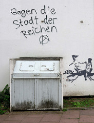 Weiße Hauswand im Hamburger Stadtteil Uhlenhorst - Aufschrift gegen die Stadt der Reichen.