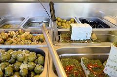 Wochenmarkt in Hamburg  Schnelsen, Wählingsallee - Marktstand mit mediterranen Delikatessen, zum Beispiel eingelegte Oliven und Schafskäse.