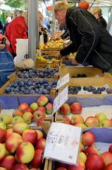 Wochenmarkt in Hamburg Barmbek Nord / Hartzloh; Marktstand mit frischem Obst -Altländer Äpfeln und Pflaumen.