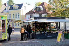 Wochenmarkt auf dem Nienstedtener Marktplatz im Zentrum vom Hamburger Stadtteil Nienstedten.