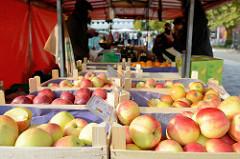 Obststand auf dem Wochenmarkt Hamburg Bramfeld, Holzkisten mit frisch geernteten Äpfeln.