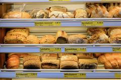 Wochenmarkt Quedlinburger Weg im Hamburger Stadtteil Niendorf - Brotstand mit unterschiedlichen Brotsorten.