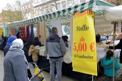Wochenmarkt in der Fussgängerzone der Möllner Landstraße im Hamburger Stadtteil Billstedt.   Verkaufsstand mit Stoffen als Meterware.