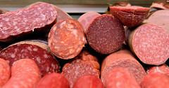 Marktstand einer Schlachterrei auf dem Wochenmarkt im Hamburger Stadtteil Hamm;  unterschiedliche Wurstsorten / Aufschnitt liegen in der Auslage.