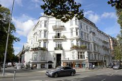 Historisches Eckgebäude, Etagenhaus mit Geschäften im Erdgeschoss in der Papenhuder Straße  / Ecke Hartwicusstraße im Hamburger Stadtteil Uhlenhorst.