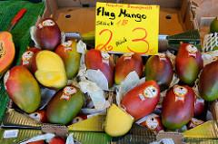 Wochenmarkt im Hamburger Stadtteil Groß Flottbek / Osdorfer Landstraße  -   Marktstand mit Obst / sogenannte Flug Mangos, die mit dem Flugzeug aus dem Erzeugerland importiert werden.