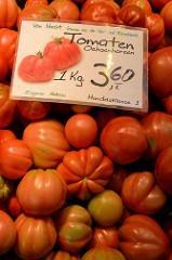 Gemüsestand mit Tomaten / Ochsenherzen  auf dem Wochenmarkt in der Möllner Landstraße in Hamburg Billstedt.