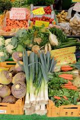 Wochenmarkt im Hamburger Stadtteil Bramfeld, Herthastraße  - Gemüsestand mit frischem Gemüse; Gemüsekisten, unter anderem mit Steckrüben, Lauch und Suppengrün.