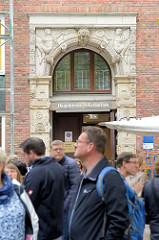 Eingang der Hauptkirche St.  Katharinen im Hamburger Stadtteil Altstadt.