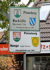 Hinweisschild der Städtepartnerschaft Pinnebergs mit Rockville, USA  sowie Nzega, Tanzania.