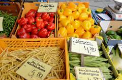 Wochenmarkt im Hamburger Stadtteil Bramfeld, Herthastraße  - Gemüsestand mit frischem Gemüse; roter und gelber Paprika - Wachsbohnen und Schneidebohnen.