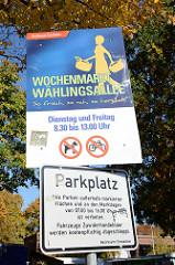 Hinweisschild vom Bezirksamt Eimsbüttel auf dem Wochenmarkt Wählingsallee in Hamburg Schnelsen.