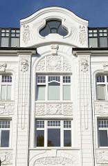 Jugendstilarchitektur eines mehrstöckigen Wohnhauses / Etagenhaus in der Hartungsstraße im Hamburger Stadtteil Rotherbaum. Das unter Denkmalschutz stehende Gebäude wurde 1902 errichtet, Architekt Semmy Engel.