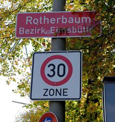 Straßenschild / Stadtteilgrenze des Hamburger Stadtteils Rotherbaum, Bezirk Eimsbüttel.