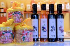 Wochenmarktstand mit Delikatessen am Hartzloh im Hamburger Stadtteil Barmbek-Nord; Flaschen mit Balsam Essig, z.B. Granatapfel oder Passionsfrucht.