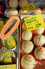 Wochenmarkt im Hamburger Stadtteil Groß Flottbek / Osdorfer Landstraße - Obststand mit  Melonen / Charentais.