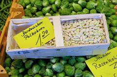 Gemüsestand mit Rosenkohl und Bardowicker Palbohnen  auf dem Wochenmarkt in der Möllner Landstraße in Hamburg Billstedt.