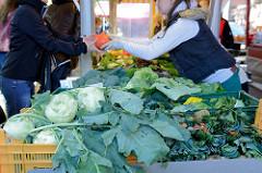 Wochenmarkt im Hamburger Stadtteil Barmbek Nord, Marktstand mit frischem  Gemüse / Kohlrabi.