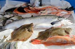 Fischstand auf dem Wochenmarkt im Hamburger Stadtteil Bramfeld, Herthastraße.