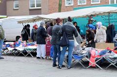 Marktstand mit Bekleidung auf dem Wochenmarkt in der Möllner Landstraße in Hamburg Billstedt.