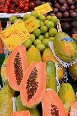Wochenmarkt auf dem Burchardplatz im Kontorhausviertel in dem Hamburger Stadtteil Altstadt. Marktstand mit Obst und GEmüse - aufgeschnittene Papaya, Limetten sowie Maracuja.