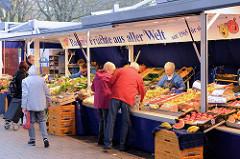 Obststand mit einer großen Auswahl von Früchten aus aller Welt auf dem Wochenmarkt in der Möllner Landstraße in Hamburg Billstedt.