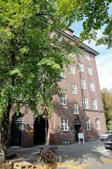 Backsteinarchitektur im Hamburger Stadtteil Uhlenhorst, ehemaliges Verwaltungsgebäude / Fernmeldeamt - errichtet um 1925. Das Gebäude stellt ein Kulturdenkmal Hamburgs dar und ist denkmalgeschützt.
