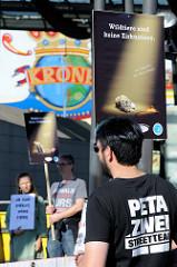6159Tierschützer protestieren mit  Mahnwachen gegen die Dressur und Manegenauftritt von Wildtieren beim Hamburger Gastspiel vom Circus Krone.