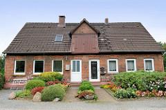 Doppelhaus mit gemeinsamer Dachluke im Hamburger Stadtteil Tatenberg