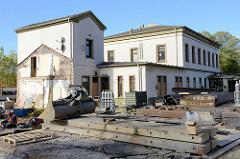 Baustelle beim Bahnhofsgebäude / Empfangsgebäude am Bahnhof Pinneberg; Ursprungsbau von 1844 - Anbauten 1936. Das Gebäude steht als Kulturdenkmal unter Denkmalschutz.