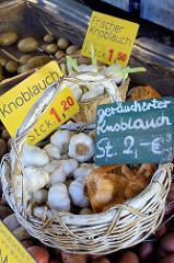 Wochenmarkt in Hamburg  Schnelsen, Wählingsallee -  Marktstand mit frischem Knoblauch und geräuchertem Knoblauch.