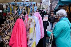 Verkaufsstand mit Kleidung, bunte Halstücher hängen an einem Ring - Wochenmarkt in der Fussgängerzone der Möllner Landstraße im Hamburger Stadtteil Billstedt.