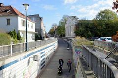 Blick zur Fußgänger und Radfahrer Unterführung im   Rübekamp /  Pinneberg, rechts das denkmalgeschützte Lagerhaus mit der expressionistischen Holzfassade.