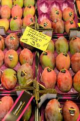 Marktstand mit saftigen und süßen Mangos auf dem Wochenmarkt im Hamburger Stadtteil Hamm.