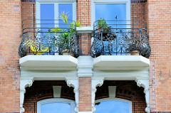 Etagenhaus im Hamburger Stadtteil Uhlenhorst, Schwanenwik - errichtet um 1895; das Gebäude steht unter Denkmalschutz. Details von aufwendig dekorierten schmiedeeisernen Balkongittern.