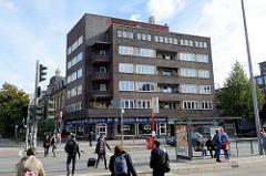 Backsteinarchitektur in der Hansestadt Hamburg, Stadtteil Uhlenhorst; Mehrfamilienwohnhaus / Geschäftshaus, erbaut 1930 - Architekt Paul A. R. Frank.